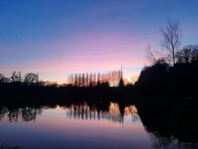 Détente et inspiration devant un coucher de soleil sur l'étang de La Ville-Malet après l'Atelier 7-2-9