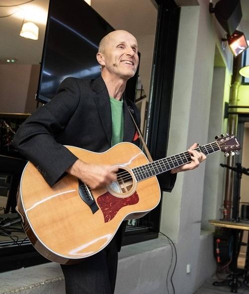 Thierry Claudon et sa guitare lors d'une conférence Joyeux récital pour libérer le mental